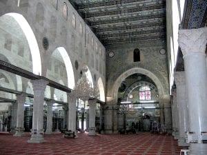 O interior da Mesquita Aqsa. A área perto do mihrab, datam para a construção dos Omíadas, enquanto os pilares datam do período fatímida.