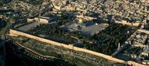 O Haram al-Sharif, com a Cúpula da Rocha, no centro da imagem e da Mesquita al-Aqsa à esquerda