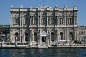 Influência européia foi vista até mesmo na arquitetura. Palácio Dolmabaçe, construído pelo sultão Abdulmecid, foi concebido para se parecer com palácios europeus da época.