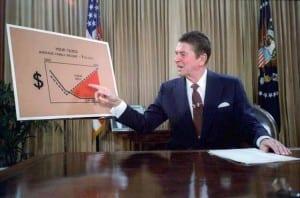 Presidente Reagan, em 1981, explicando um plano de redução de impostos em um discurso televisionado. Reagan foi fortemente influenciado pelas idéias econômicas do lado da oferta.