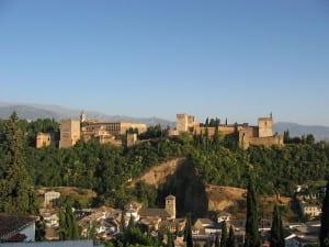 Banners e cruzes cristãs foram pendurados em Alhambra em 02 de janeiro de 1492
