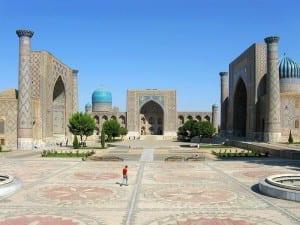 O complexo Registan em Samarkand, no Uzbequistão contém três madrasas na mesma praça