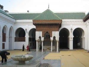 A Universidade de al-Karaouine em Fes, Marrocos, foi fundada por Fatima al-Fihri em 859