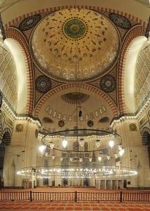 O interior da mesquita Suleymaniye em Istambul