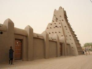 A Masjid Sankore e Universidade em Timbuktu, mostrando o estilo arquitetônico distinto de Mali.