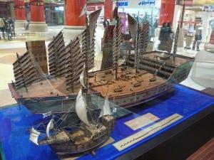 Uma réplica em Dubai que compara o tamanho dos navios de Zheng He com os de Colombo.