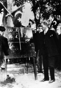 Ataturk introduzindo o novo alfabeto latino em 1928.