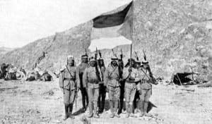 Rebeldes árabes com os britânicos projetando a bandeira da revolta árabe