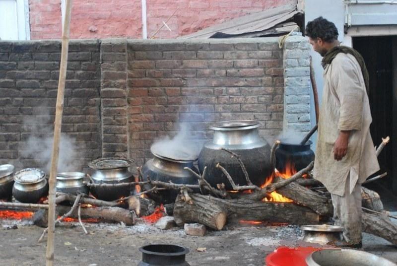 Cozinheiro prepara o Wazwan