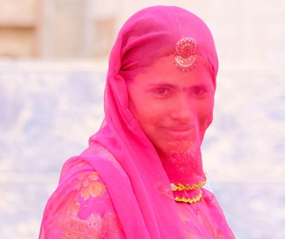 Mulher hindu usando véu