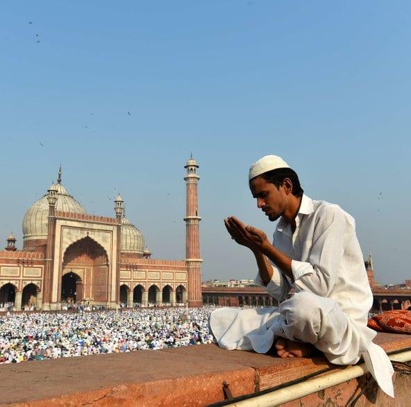 Homem Muçulmano Rezando na Índia