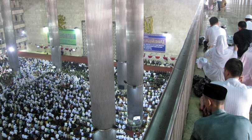 Oração em congregação na Indonésia