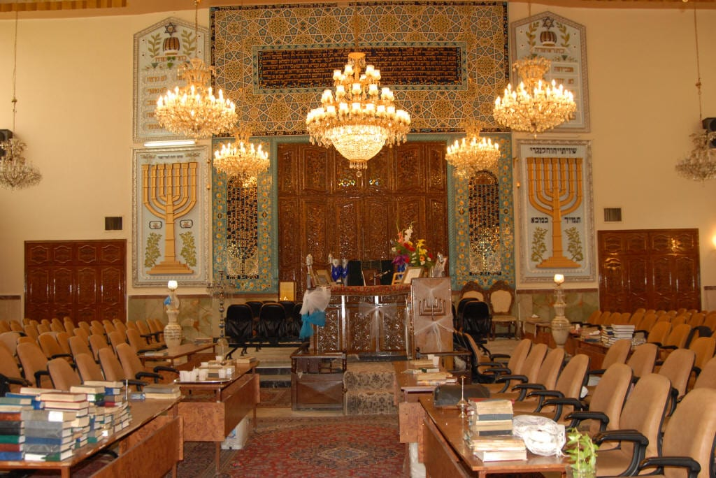 O belo interior da Sinagoga Yusef Abad em Teerã