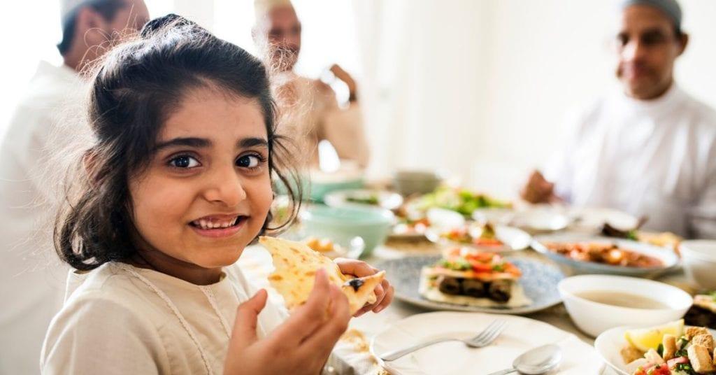 Menina muçulmana comendo o suhur