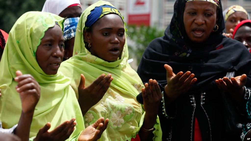 Mulheres muçulmanas nigerianas rezando